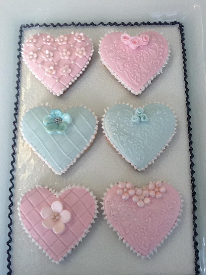 Free cupcakes and decorated biscuits by ann marie s bakes for Anne marie witmeur decoration